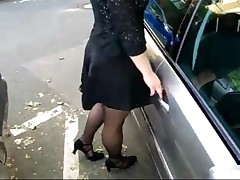 Садится в машину