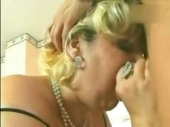 Зрелая женщина скачет на твердом члене