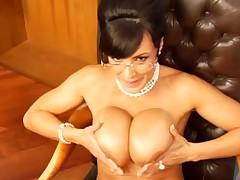 Супер горячая мамочка с большой грудью сосет и дает