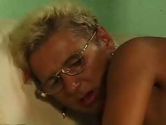 Babushka blondinka v ochkah i chulkah