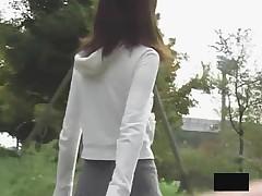 Японским красоткам заглядывают под юбки