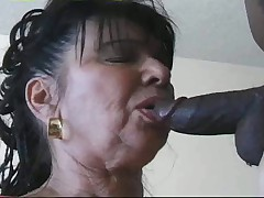 Pyshnaja starushka ebetsja v anal