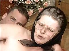 Волосатая старушка в очках жестко выебана