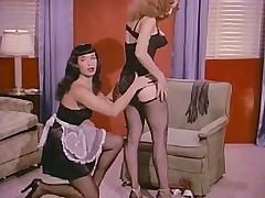 Бетти пейдж и Люси Крейвен позируют, борются