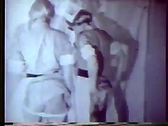 Две медсестры оказывают помощь пациенту и доктору