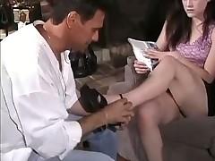 Сексуальные ножки брюнетки