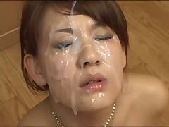 Японская шлюшка обожает сперму на лице
