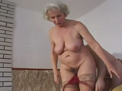 Зрелая дама любит потрахаться в чулочках