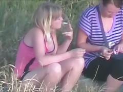 Пикник двух девочек