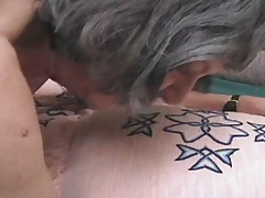 Семидесятилетняя старушка трахается с дилдо