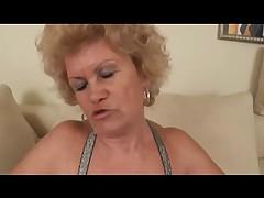 Sisjastaja zrelaja blondinka s volosatoj kiskoj