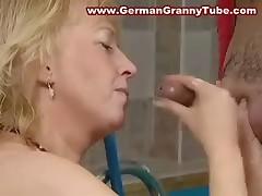 Blondinka s bol'shimi sis'kami vyebana u bassejna