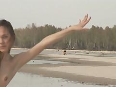 Nudisty na peschanom pljazhe