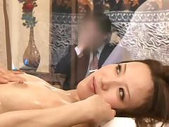 Japonochka delaet massazh svoemu muzhu