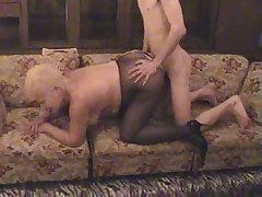 Staraja blondinka v kolgotkah soset i trahaetsja s parnem