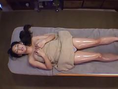 Японочка делает сексуальный массаж