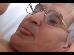 Babushka s volosatoj kiskoj ljubit horoshij trah