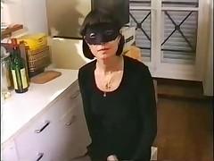 Зрелая француженка на кухне