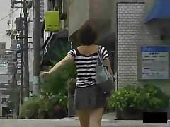 Японка без трусиков разгуливает по улице