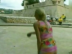 Голая француженка на улице