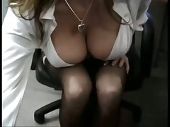 Грудастую девах тразают в офисе