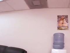 Блондинка соблазнилась большим членом прямо в офисе