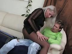 Блондинка в чулках любит молодых