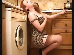 Любительница показывает прелести на кухне