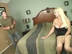 Блонда с роскошной грудью