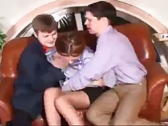 Два мужика прут мамашку в анал