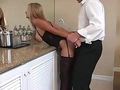 Сочная женушка трахается с мужиком