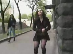Obnazhennaja hodit po ulicam goroda