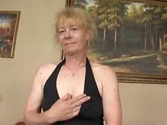 Staraja babushka s volosatoj kiskoj ljubit seks