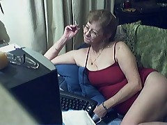 Сексуальная старушка в очках