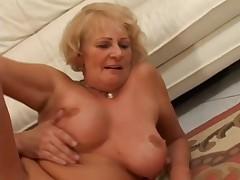 Staraja dama s molodym