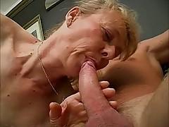 Прекрасная старушка трахается с молодым парнем
