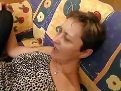 Volosataja starushka v chernyh chulkah
