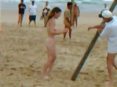 Спортивные игры на нудистском пляже