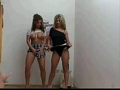 Близняшки лесбиянки Аня и Катя делают минет оператору