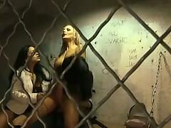 Шлюхи Оксана и Лиза Сиерра соблазнили охранника в КПЗ