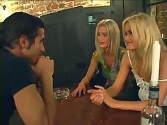 Мужик раскрутил двух близнашек блондинок на секс