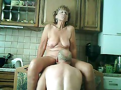 Zrelaja dama masturbiruet