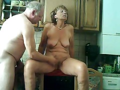 Зрелая дама мастурбирует