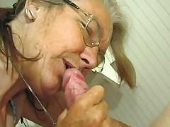Starushka delaet minet krupnym planom