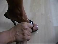 Massazh chlena krasivymi nozhkami
