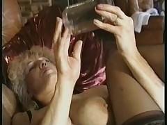 Starushka ispol'zuet seks igrushku dlja uteh