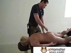 Massazh gorjachimi vlazhnymi rukami