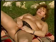 Мокрая женушка мастурбирует в саду