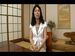 Moloden'kaja japonochka igraet so staroj