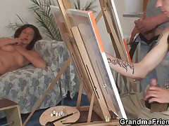 Dva pohotlivyh parnja trahajut starushku